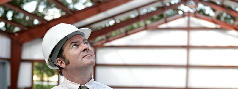 Człowiek w hali ocenia bezpieczeństwo dachu