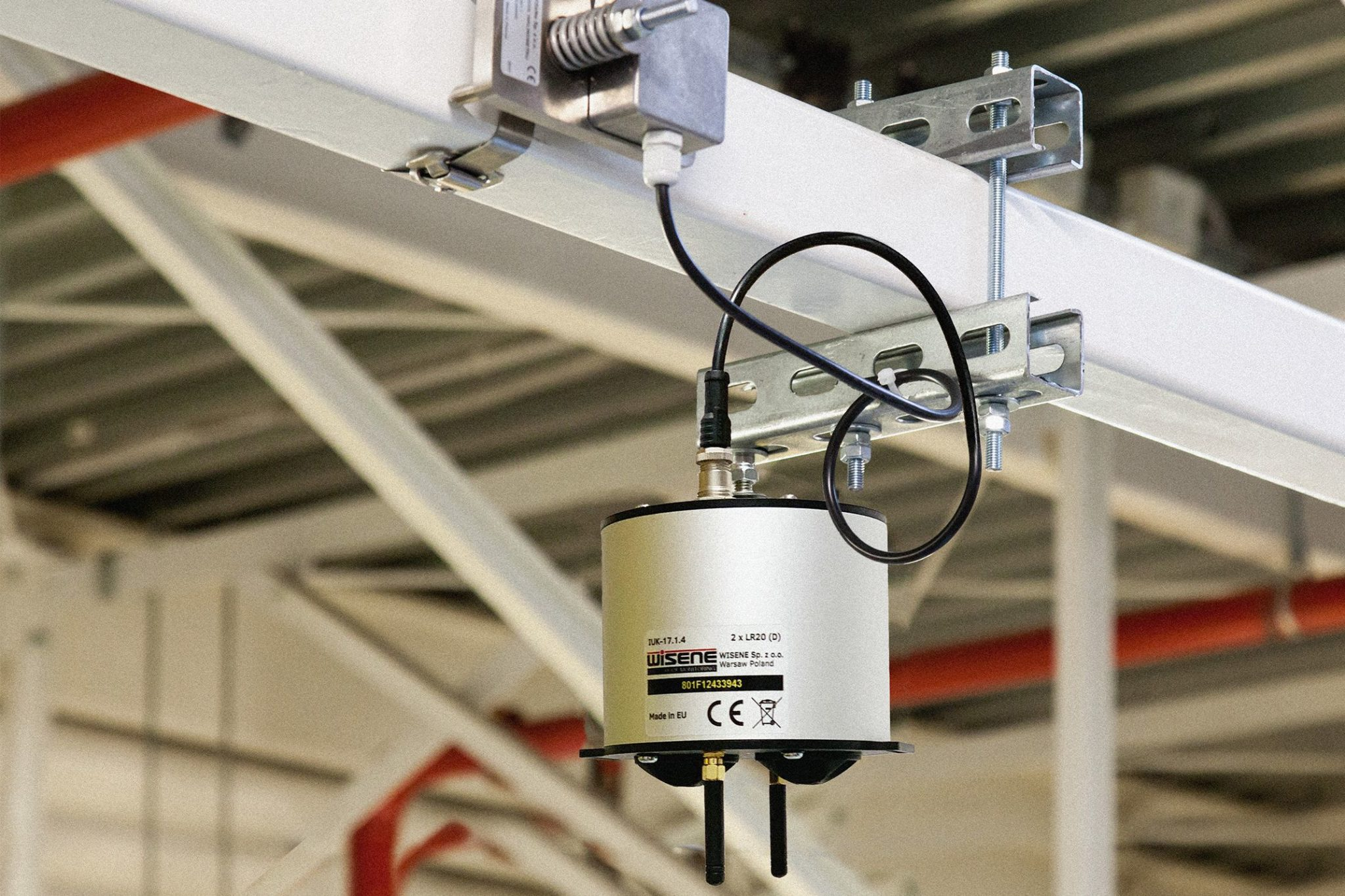 Zdjęcie przedstawia urządzenie do monitoringu ugięć dachu